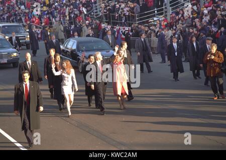 Präsident Bill Clinton gehen mit Chelsea und Hillary in der 1997 erste Parade. (BSLOC_2015_2_197) Stockbild