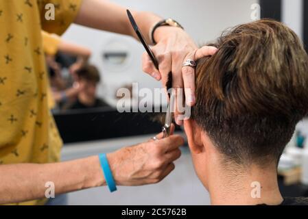 Frauen kurze braun haare Undercut Halblange