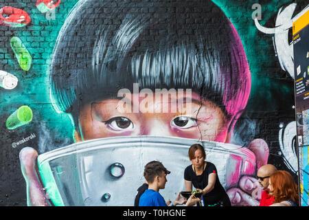 England, London, Southwark, London Bridge City, Borough Markt, Wand Kunst der Asiatischen Kind mit Reis und Restaurant Kunden Essen asiatische Küche Stockbild