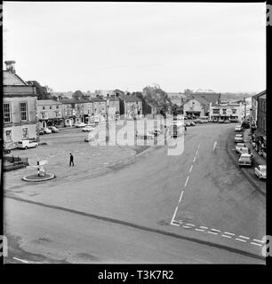 Marktplatz, Leyburn, North Yorkshire, 1967. Blick nach Osten über den Marktplatz von einem oberen Geschichte Fenster des Bolton Arme. Stockbild