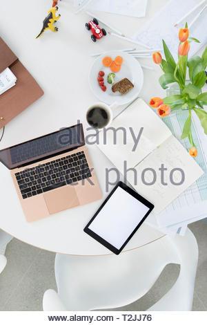Geschäftsfrau, die von zu Hause aus arbeiten Stockbild