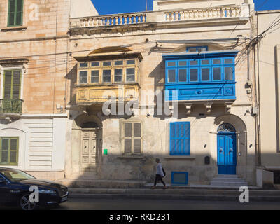 Bunte Holzbalkone hängen an den Gebäudefassaden sind typische Sehenswürdigkeiten in und um Valletta in Malta Stockbild