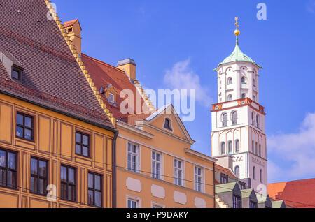Augsburg, Bayern, Deutschland - Historische Fassaden und Turm der St. Moritz Kirche auf Maximilian Straße. Stockbild