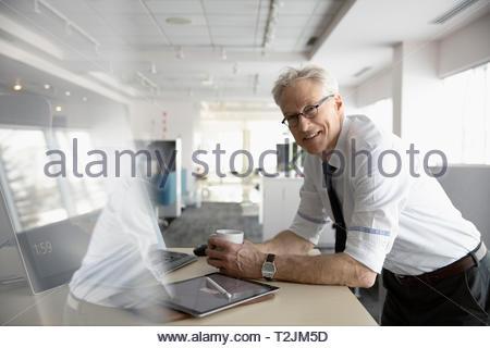 Portrait zuversichtlich senior Geschäftsmanns, der im Büro Stockbild