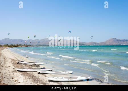 Alcudia, Mallorca, Spanien - Kitesurfen am wunderschönen Strand von Alcudia Stockbild