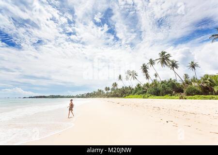 Balapitiya, Sri Lanka, Asien - eine junge Frau, die Natur genießen, am Strand von Balapitiya Stockbild