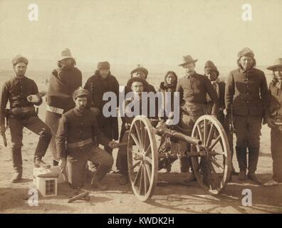 Corporal Paul Wernert und Gunners der Batterie E 1 Artillerie. Sieben Lakota Pfadfinder und vier uniformierte Euro Stockbild