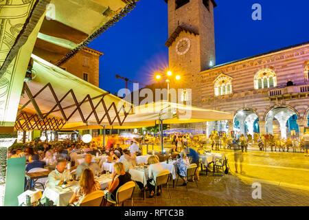 Blick auf den Dom auf der Piazza del Duomo, in der Dämmerung, Como, Provinz Como, Comer See, Lombardei, Italien, Europa Stockbild