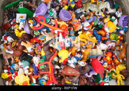 Buntes Spielzeug, Kunststoff Spielzeug, Figuren auf einem Flohmarkt in einem Koffer, Bremen, Deutschland, Europa Stockbild