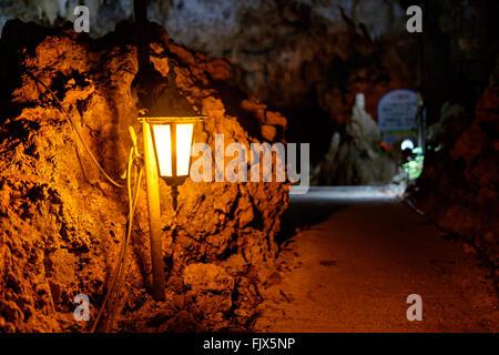 Beleuchtete elektrische Lampe In Höhle Stockbild