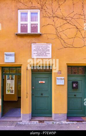 Augsburg, Bayern, Deutschland - 10. September 2015: Fuggerei sozialer Wohnungsbau - Mittlere Gasse Nr. 14, wo Mozart's Großvater lebte. Stockbild
