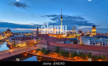 Berlin Panorama Skyline der Stadt bei Sonnenuntergang am Fluss Spree, Berlin, Deutschland Stockbild