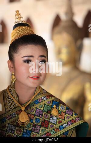 Braut tragen die traditionellen laotischen Kostüm für Ihre Hochzeit, Wat Si Willen, Vientiane, Laos, Indochina, Südostasien, Asien Stockbild