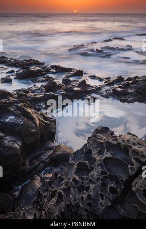 Sandsteinfelsen bei Sonnenuntergang, nördlich von Sannta Cruz, Pacific Coast, Kalifornien, USA. Stockbild