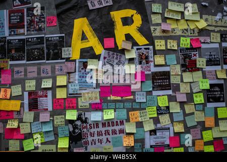 Ein Lennon-mauer mit Nachrichten in Admiralty Legislativrat Gebäude während des Protestes gesehen. Hong Kong Demonstranten für ein weiteres Wochenende der Proteste gegen die umstrittene Auslieferung Bill gesammelt und mit einer wachsenden Liste von Beschwerden, die der Aufrechterhaltung des Drucks auf Chief Executive Carrie Lam. Stockbild