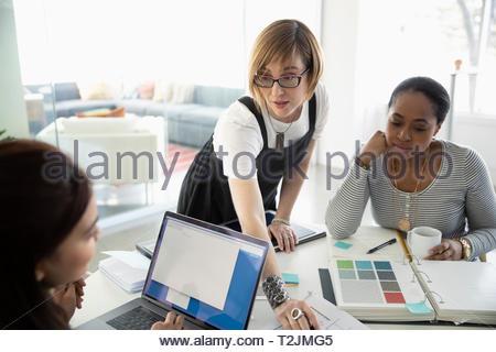 Weibliche Innenarchitekten arbeiten im Büro Stockbild
