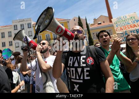 """Studenten werden gesehen, riefen Parolen auf MEGAPHONE vor dem portugiesischen Parlament, während des Protestes. Tausende von portugiesischen Studenten Verband der internationalen Bewegung """"Freitags für Zukunft"""" in Lissabon gegen die Klimaproblematik zu protestieren. Dieser Streik zielt darauf aufmerksam die politischen Führer der Welt auf die Schwere der Klimaproblematik. Stockbild"""