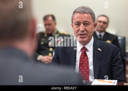 Tuerkische Verteidigungsminister Hulusi Akar bei einem Treffen mit US-Verteidigungsminister Handeln Patrick Shanahan im Pentagon Februar 22, 2019 in Arlington, Virginia. Stockbild