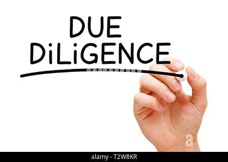 Hand schreiben Due Diligence mit schwarzem Marker. Forschung vor dem Eintritt in einen Vertrag oder Vereinbarung als einen Teil des Risk Management Prozess durchgeführt. Stockbild