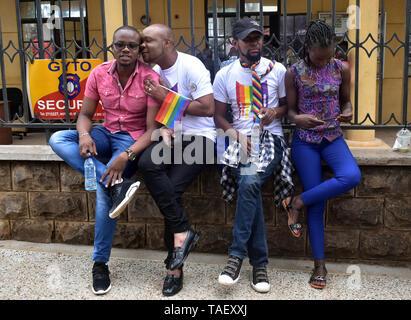 Mitglieder der LGBT gesehen posieren für Fotos nach der Ankunft für die Gerichtsentscheidung. Lesben, Schwule, Bisexuelle und Transgender (LGBT) Personen in Kenia rechtliche Herausforderungen. Sie ordnete einen Fall vor Gericht plädierte für ihre Rechte anerkannt werden, und der Gerichtshof Kolonialzeit Gesetze, die Gay Sex unter Strafe abzuschaffen. Jedoch in dem Urteil des Gerichtshofs hat das Gericht die Gesetze. Stockbild