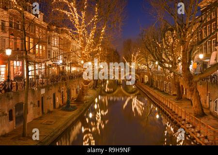 Der Oudegracht Kanal in Utrecht in den Niederlanden in der Nacht. Stockbild