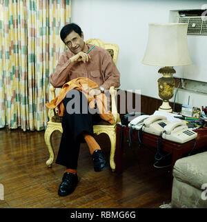 Portrait von Dev Anand sitzt auf einem Stuhl, Indien, Asien Stockbild