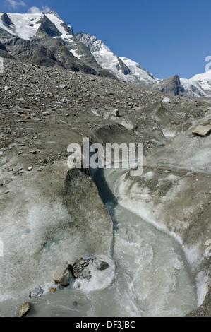 Österreich/Nationalpark Hohe Tauern - Auswirkungen des Klimawandels: Gletscher schmelzen Schmelzen Wasser stream unter Mt. Großglockner Stockbild