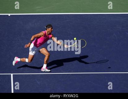 Indian Wells, Kalifornien, USA. 15 Mär, 2019. März 15, 2019 Rafael Nadal (ESP) liefert einen Schuß gegen Karen Khachanov (RUS) während seiner Viertelfinale am 2019 BNP Paribas Open in Indian Wells Tennis Garden in Indian Wells, Kalifornien. Charles Baus/CSM Credit: Cal Sport Media/Alamy leben Nachrichten Stockbild