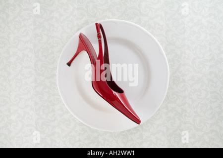 rote high-Heel auf weißen Teller Studioaufnahme Stockbild