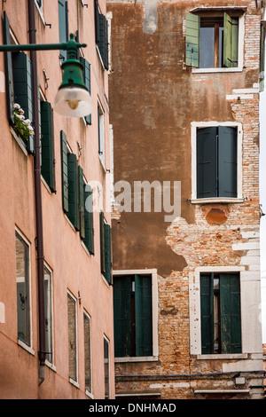Niedrigen Winkel Ansicht eines Wohnhauses, Venedig, Veneto, Italien Stockbild