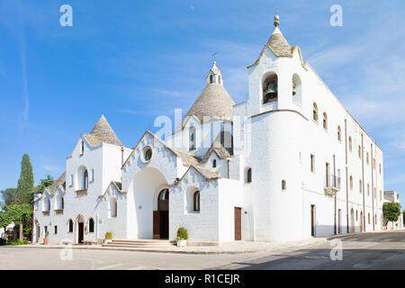 Alberobello, Apulien, Italien - Besuch des berühmten traditionellen Kirche von Alberobello Stockbild