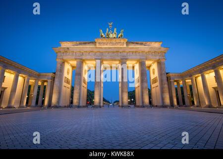 Klassische Ansicht des berühmten Brandenburger Tor (Brandenburger Tor), eines der bekanntesten Wahrzeichen Stockbild