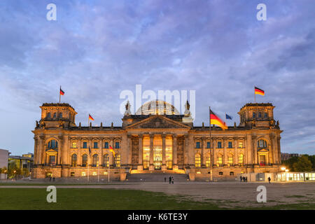 Berlin Night City Skyline am Reichstag (Bundestag), Berlin, Deutschland Stockbild