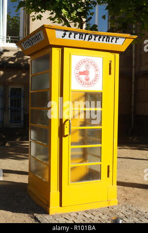 Gelbe Telefonzelle vor dem Museum für Kommunikation, Schaumainkai, Museumsufer, Frankfurt am Main, Hessen, Deutschland, Europa ICH 27.09.05 Telefonz Stockbild