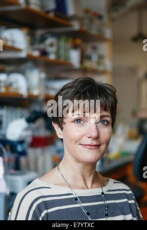 Porträt der Frau im Labor Stockbild