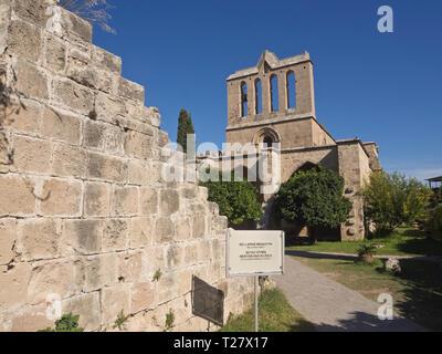 Bellapais Abbey eine touristische Attraktion in Nordzypern mit gotische Ruinen, eine schöne orthodoxe Kirche und Blick auf die Küste Stockbild