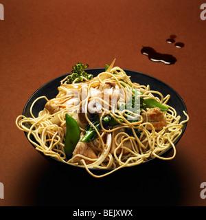 Chinese Chicken Nudeln mit Pilzen, Mange tout und Brokkoli Rosenkohl Stockbild