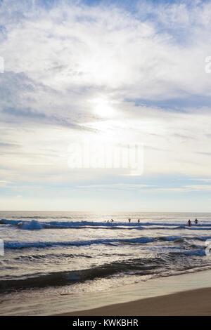 Asien - Sri Lanka - induruwa - Ausgehen für das Schwimmen in der Brandung Stockbild