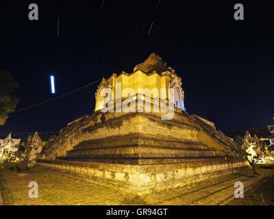 Niedrigen Winkel Blick auf beleuchteten historischen Tempel gegen Himmel in der Nacht Stockbild
