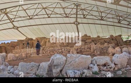 Die alte megalithische Tempel Komplex von ?a?ar Qim in Malta ist ein UNESCO-Weltkulturerbe, Tempel unter schützende Plane bleibt Stockbild