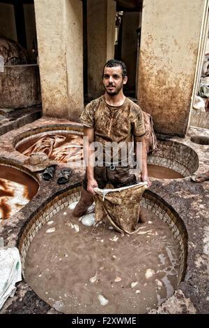 Leder-Arbeiter in der Chouarra Gerberei in Fez, Marokko, stehend in einem Bottich von Leder Erweichung Lösung. Stockbild