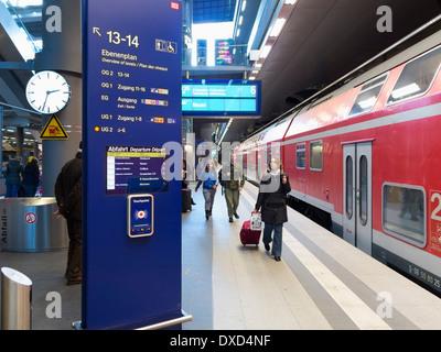 Zug in den Hauptbahnhof Bahnhof, Berlin, Deutschland, Europa Stockbild