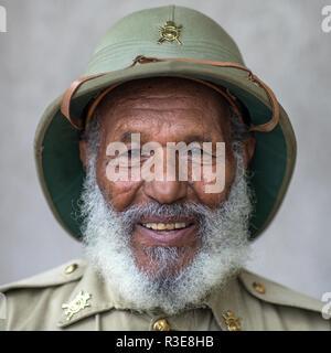 Veteran aus dem italo-äthiopischen Krieg in Uniform, Addis Abeba region, Addis Abeba, Äthiopien Stockbild