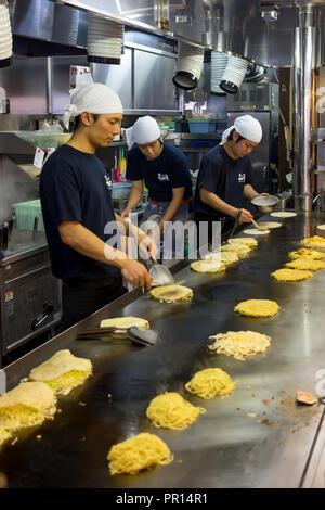 Okonomiyaki wird in einem Restaurant in Hiroshima, Japan, Asien vorbereitet Stockbild