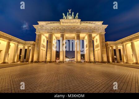 Die beleuchteten Brandenburger Tor in Berlin bei Nacht Stockbild