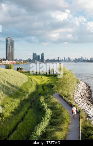 Blick auf das Vorgebirge von den Blicken im Hunters Point South Park. Hunters Point South Park, New York, United States. Architekt: SWA/Balsley in Col Stockbild