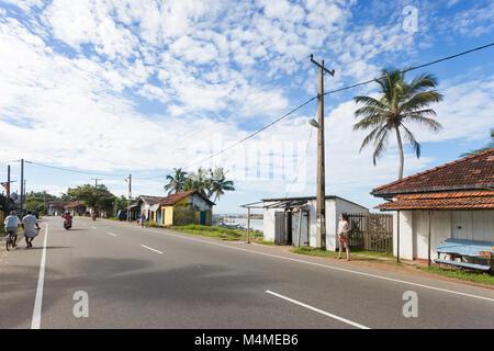 Sri Lanka, Asien, Dodanduwa - der Hauptstraße, die durch das Fischerdorf Dodanduwa Stockbild