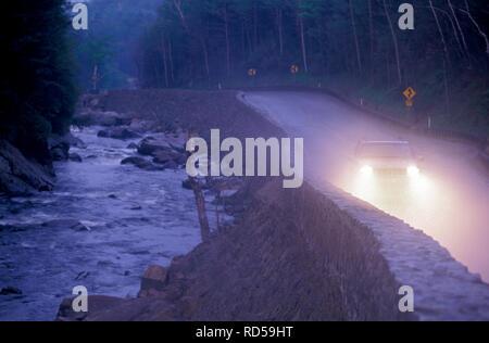 1993 Jeep Grand Cherokee Sie im Nebel auf einer Autobahn in New York State. Stockbild
