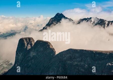 Luftaufnahme über die Gipfel Romsdalshorn (links) und Store Vengetind (im Hintergrund), Tal Romsdalen, Møre og Romsdal, Norwegen. Stockbild