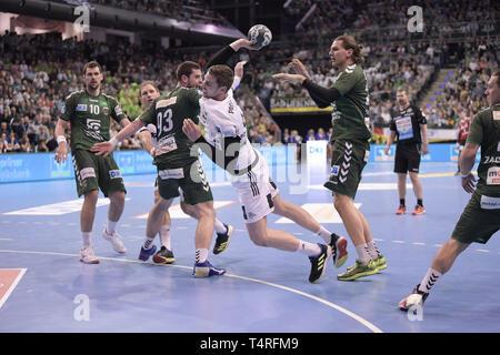 Berlin, Deutschland. 18 Apr, 2019. Handball: Bundesliga, Füchse Berlin - THW Kiel, den 27. Spieltag. Hendrik Pekeler aus Kiel wirft ein Ziel. Quelle: Jörg Carstensen/dpa/Alamy leben Nachrichten Stockbild